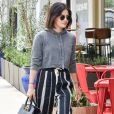 A calça de listras ainda é tendência! Neste inverno, vale escolher cores neutras e combinar com moletom