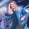 Marília Mendonça chamou atenção com look curto repleto de brilho em show