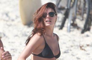 Ruiva, Isis Valverde aparece com novo visual em dia de praia com marido. Fotos!