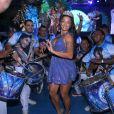 Aline Riscado d eu show de samba à frente dos ritmistas da Vila Isabel