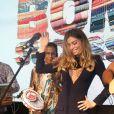 Grazi Massafera se divertiu no palco do lançamento de 'Bom Sucesso' com o grupo Fundo de Quintal