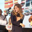 Grazi Massafera caiu no samba com o grupo Fundo de Quintal durante o lançamento de 'Bom Sucesso'