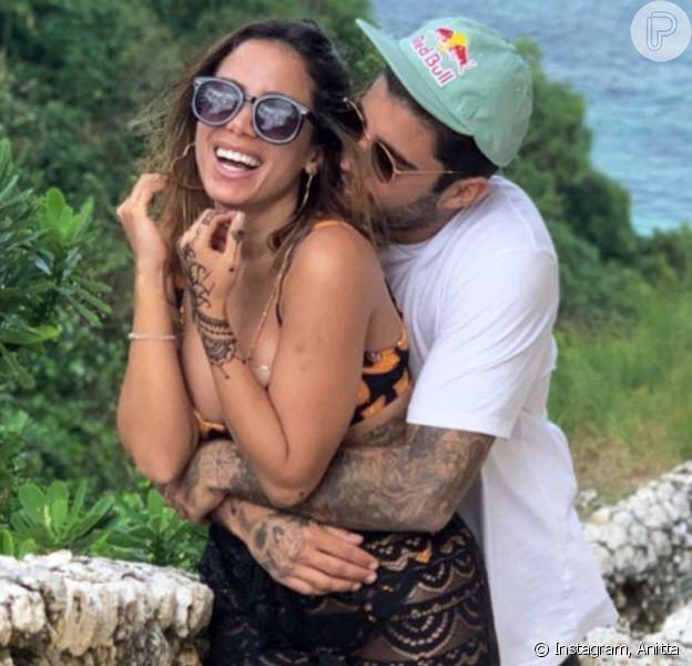 Anitta elogia namorado, Pedro Scooby, ao vê-lo com uma roupa sua nesta quarta-feira, dia 17 de julho de 2019