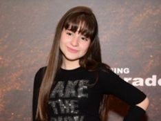 Sophia Valverde escolhe jeans destroyed para pré-estreia com filhos de famosos
