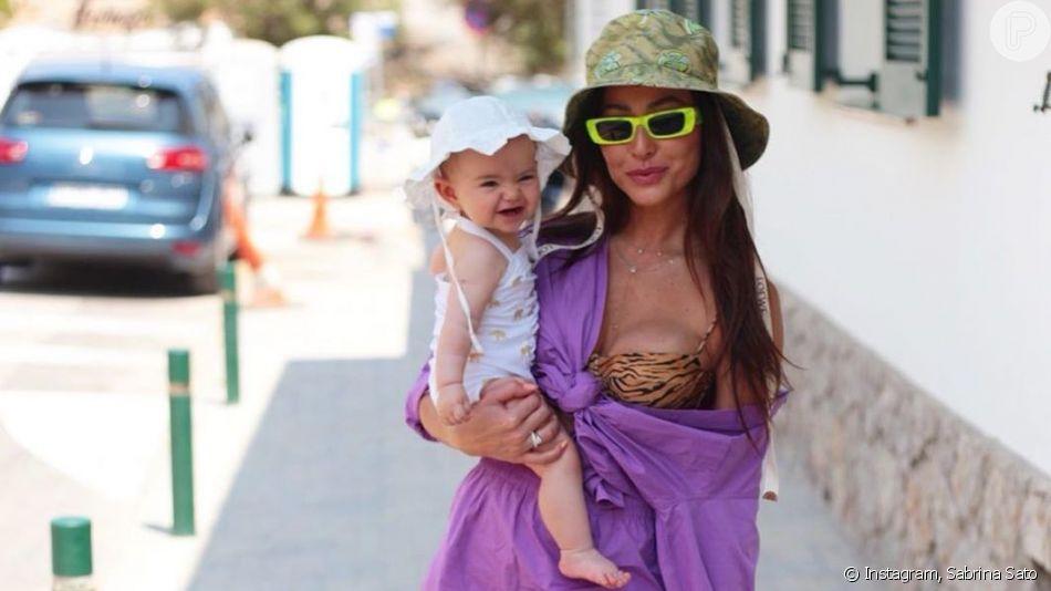 Sabrina Sato veste a filha, Zoe, com look dado por Ivete Sangalo neste sábado, dia 20 de julho de 2019