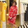 Agatha Moreira mostra fluidez do vestido ao posar mostrando look completo