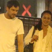 Gentileza! Sergio Guizé ajuda Paolla Oliveira com bolsa e dá carona após jantar