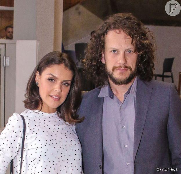 Paloma Bernardi teve a companhia do namorado, Dudu Pelizzari, ao prestigiar premiação teatral em São Paulo