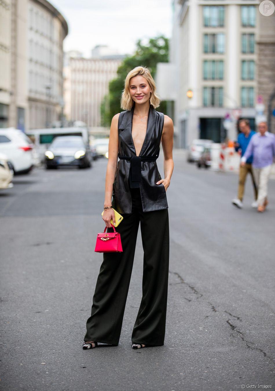 Peças que nunca saem de moda: a calça preta pode salvar do office look à produção de festa