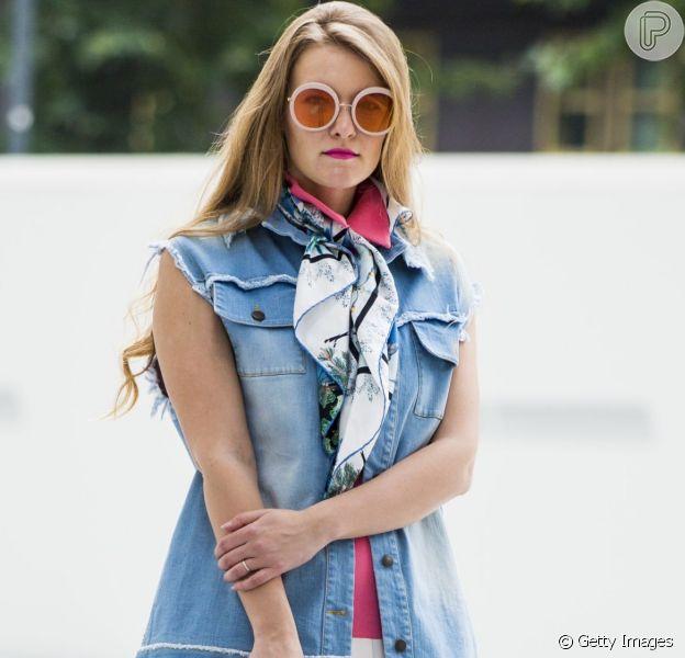 O colete jeans ganha destaque nos looks