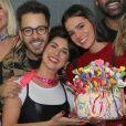 Bruna Marquezine festeja 24 anos com amigos nos bastidores do show de Sandy e Júnior