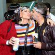 Bruna Marquezine e Bruno Gagliasso enchem Giovanna Ewbank de beijos em show