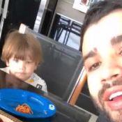 Gusttavo Lima se diverte ao ganhar comida do filho Gabriel: 'Abre a boquinha'