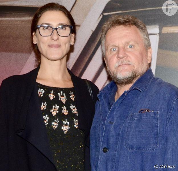 Paola Carosella faz rara aparição com o marido,o fotógrafooJason Lowe, em pré-estreia de filme em São Paulo