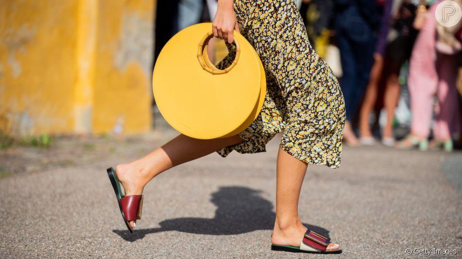 Bolsa de mão e chinelo são tendências do verão 2020, confira outros acessórios que vão bombar