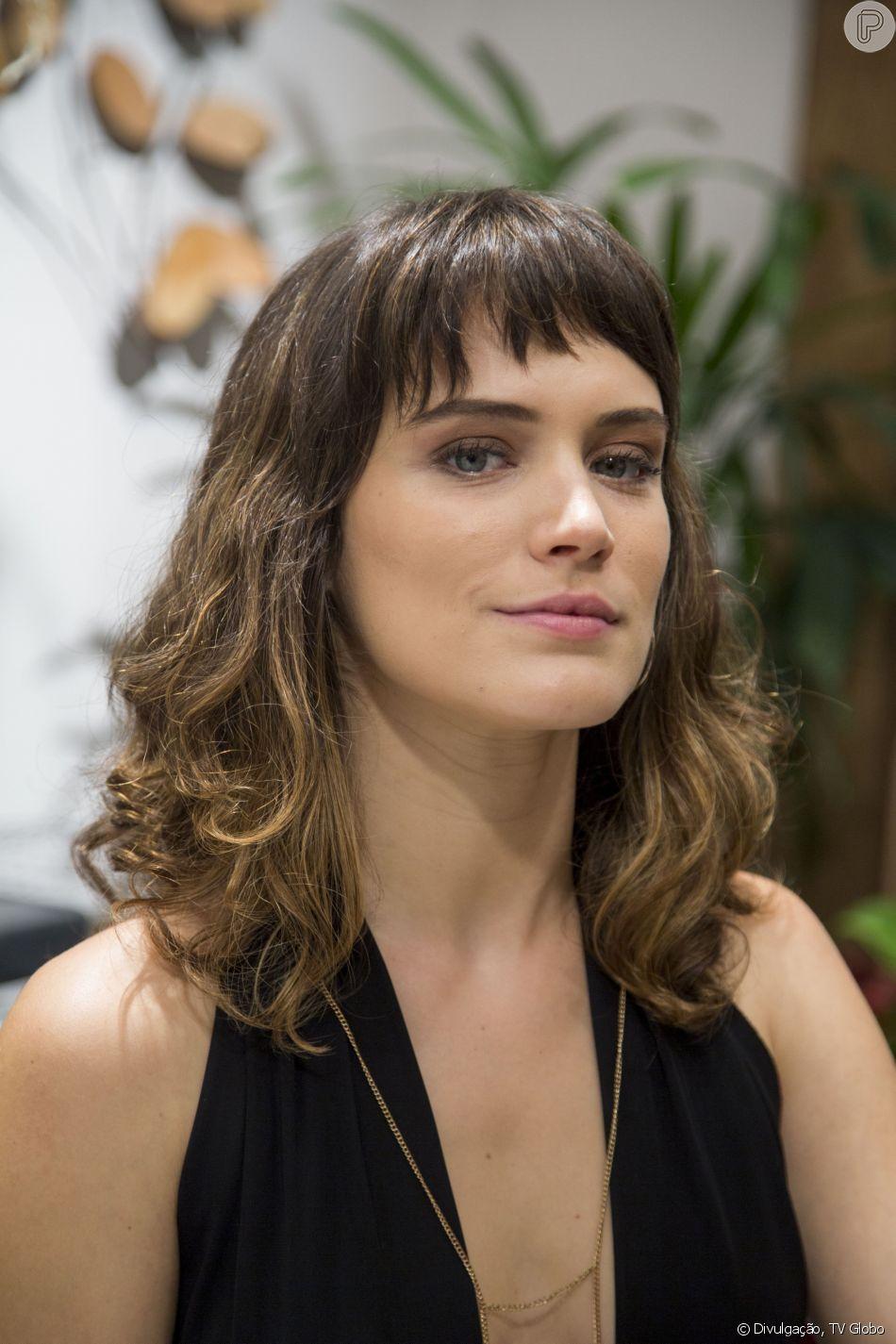 Bianca Bin deixou os cabelos superlongos de lado e adotou um visual modero, com corte mais curto e franjas assimétricas para viver a personagem Clara em 'O Outro Lado do Paraíso', em 2017