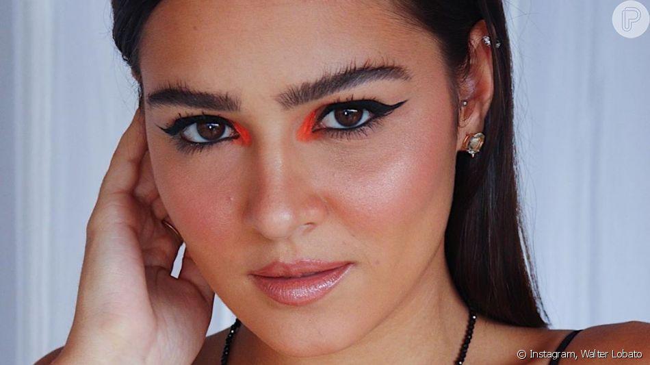 Maquiagem colorida: pontos de cor no canto interno dos olhos combinam com o clássico delineado preto
