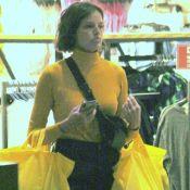 Agatha Moreira vai às compras e deixa fast-fashion repleta de sacolas. Fotos!