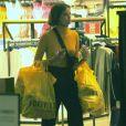 Agatha Moreira, a Josiane de 'A Dona do Pedaço', usou suéter de gola alta, calça de linho e pochete transpassada para ir às compras
