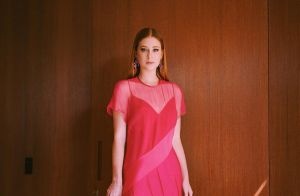 Tudo azul! Marina Ruy Barbosa usa vestido com poás em casamento de amigos. Fotos