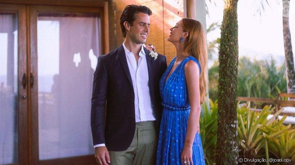 Tudo azul! Marina Ruy Barbosa usa vestido com poás em casamento de amigos em foto postada neste domingo, dia 01 de setembro de 2019