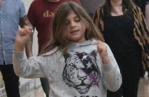 Filha de Grazi Massafera faz caras e bocas em passeio com a mãe. 13 fotos!