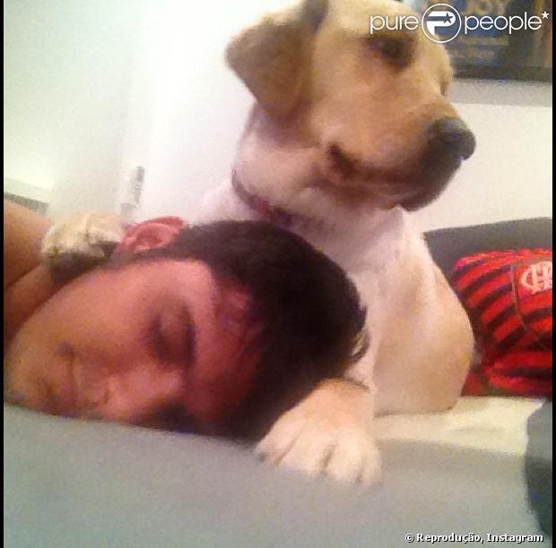 Bruno Gissoni publica imagem com sua cadela de estimação