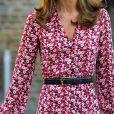 Kate Middleton usa vestido com decote em 'v' e cinto para marcar cintura em 1º dia da filha na escola nesta quinta-feira, dia 05 de setembro de 2019