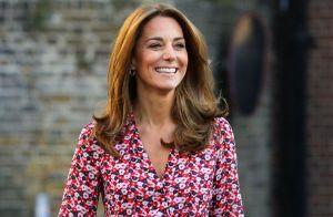 Vestido floral e scarpin navy: look de Kate Middleton em 1º dia de aula da filha