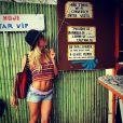 Giovanna Ewbank usa top de crochê coloridos