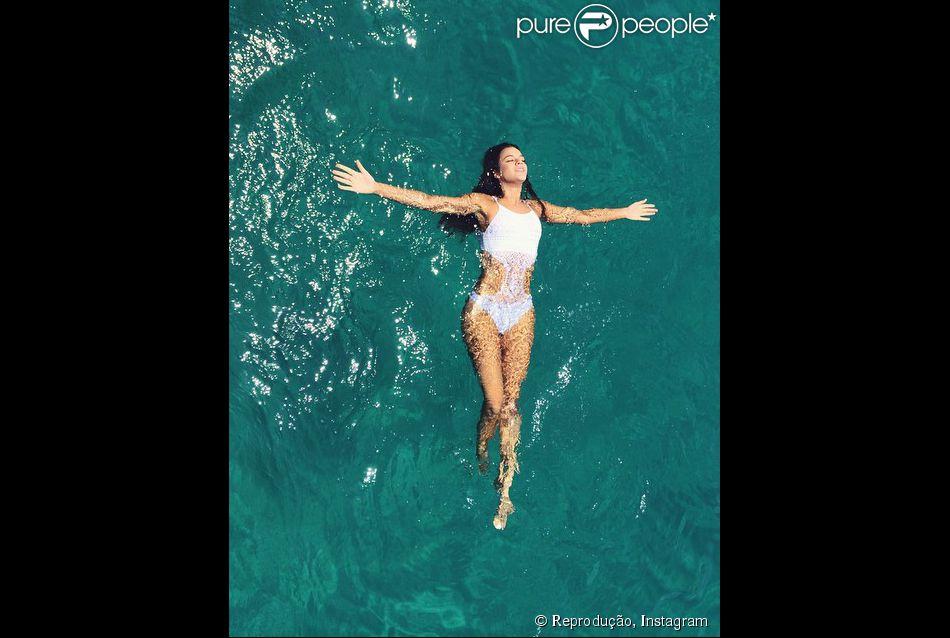 Bruna Marquezine mergulha com um maiô de crochê branco no mar de Fernando de Noronha