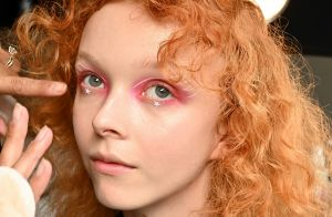 6 maquiagens coloridas e com brilho do backstage da NYFW para usar na balada