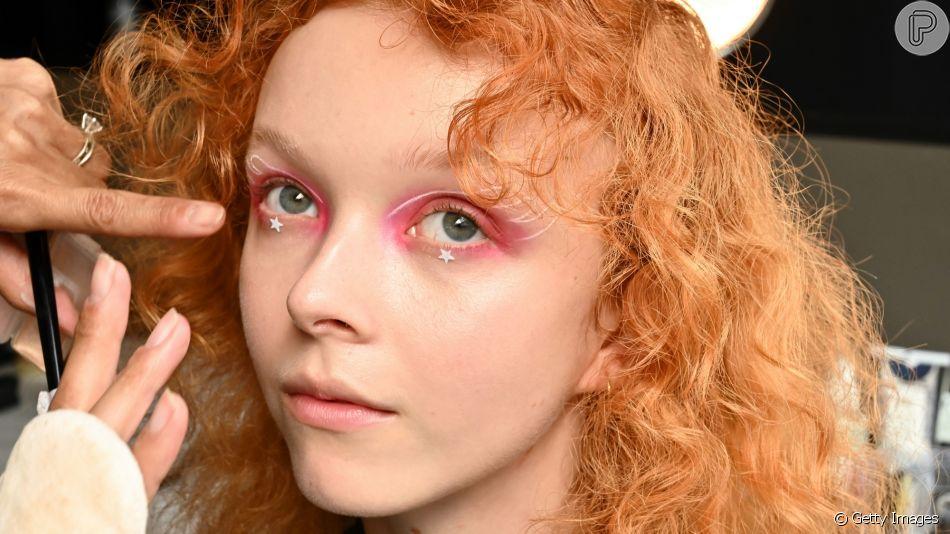 Sombra rosa, delineado branco e estrelas aplicadas abaixo dos olhos formam a maquiagem divertida da grife Anna Sui, que desfilou na Semana de Moda de Nova York