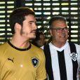 Pai de Juliana Paiva foi clicado ao assistir jogo do Botafogo ao lado da filha, da mulher e de Nicolas Prattes, então namorado da atriz