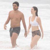 Nathalia Dill e o noivo, Pedro Curvello, jogam vôlei e mergulham em praia do Rio