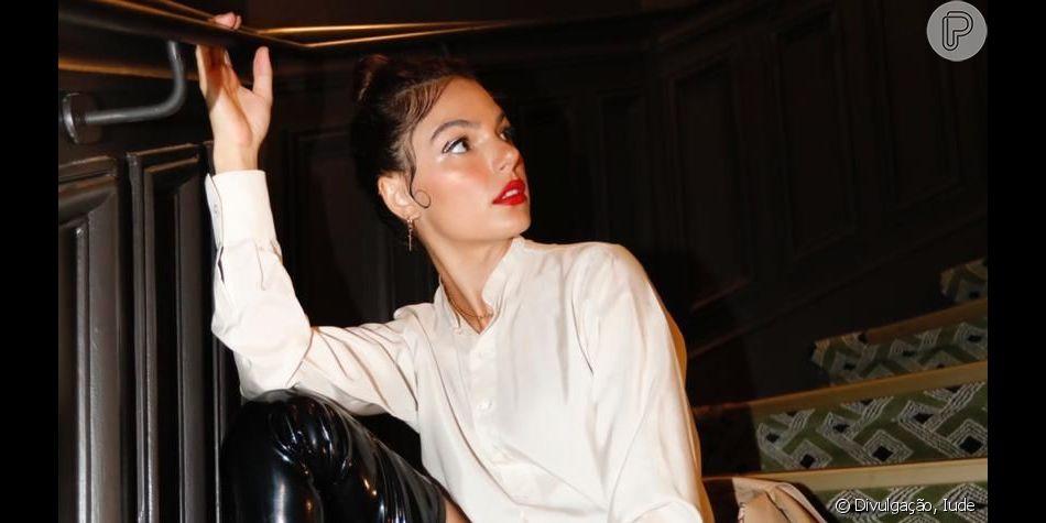 Isis Valverde usa cabelo com grampos e botas trend na semana de moda de Paris. Aos detalhes!