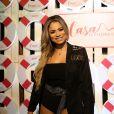 Lexa combinou body preto com blazer e cinto largo com strass no evento da casa Sephora