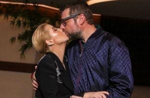 Luiza Possi volta aos palcos após nascimento do filho e ganha beijo do marido