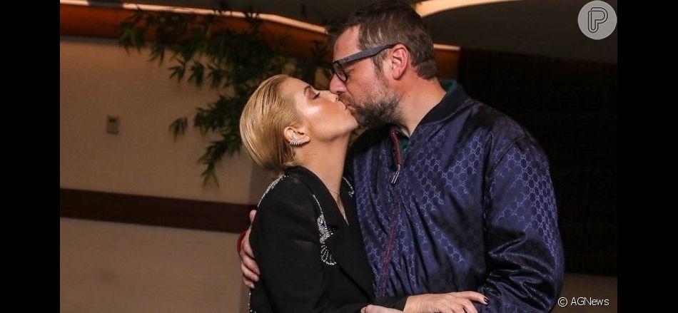 Luiza Possi ganhou beijo do marido, Cris Gomes, após  estreia da nova turnê em São Paulo neste sábado, 28 de setembro de 2019