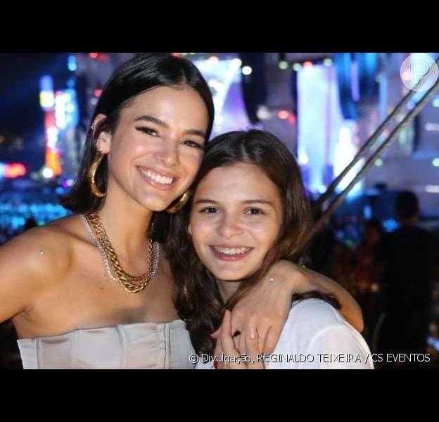Bruna Marquezine derrete fãs com foto da irmã, Luana Marquezine, em show