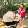 Ticiane Pinheiro mostra cuidado de Rafaella com a irmã mais nova, Manuella, durante passeio de carrinho