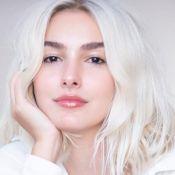 Harmonização com a pele e 10 horas de salão: o loiro perolado de Marina Moschen