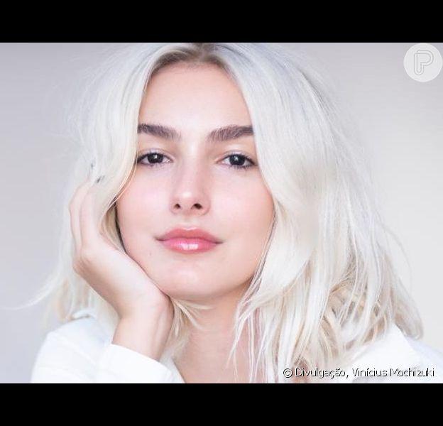 Marina Moschen larga time das morenas e adota cabelo loiro perolado