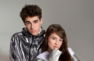Sophia Valverde paparica irmã caçula do namorado, Lucas Burgatti, durante visita