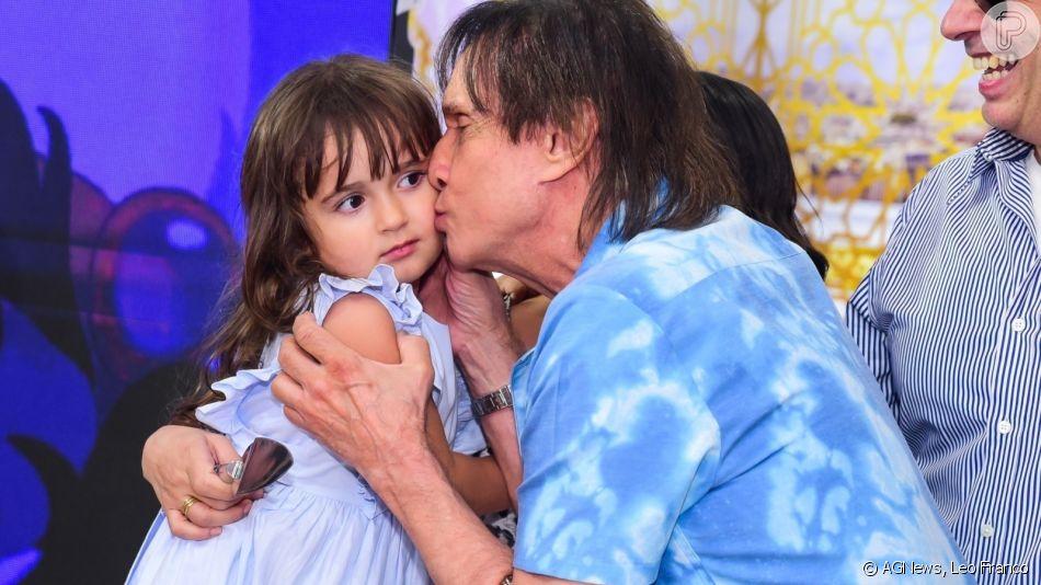 Roberto Carlos dá beijo em neta em festa de aniversário de 4 anos nesta sexta-feira, dia 25 de outubro de 2019
