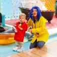 Maisa Silva, fantasiada de Coraline, brinca com Enrico, filho de Karina Bacchi