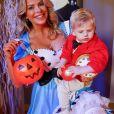 Karina Bacchi escolheu uma fantasia de Alice e vestiu o filho como o Coelho