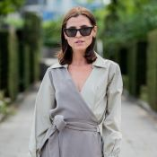 Vestido envelope: 8 looks das ruas com as tendências que amamos para o verão
