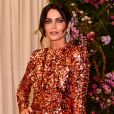 Fernanda Motta apostou em  modelo midi de paetês laranja da Dolce & Gabbana