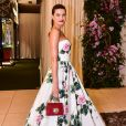 Isabeli Fontana aposto em  vestido tomara e rodado floral para evento e  minibolsa Dolce & Gabbama, que custa €1.150, aproximadamente R$ 5,1 mil